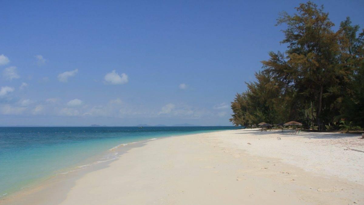 Vi hadde stranden nesten helt for oss selv på Aseania Beach Resort